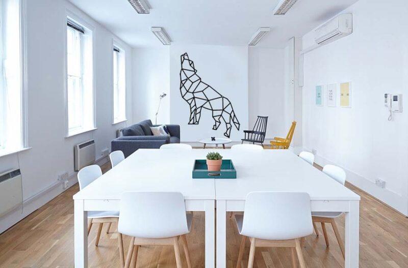 dekoracja geometryczna do salonu wilk