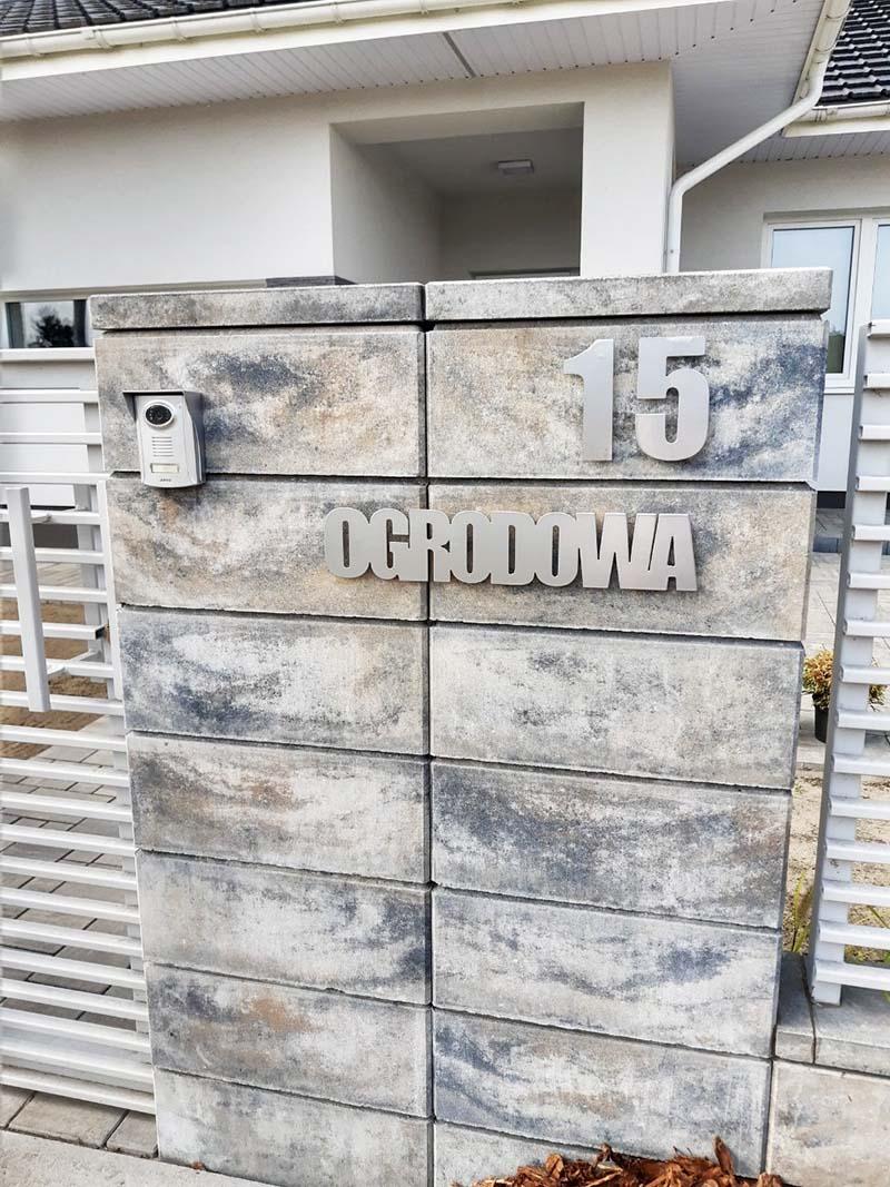 nowoczesny napis z numerem domu