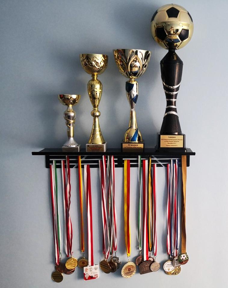wieszak ścienny z półką na puchary i medale w domu