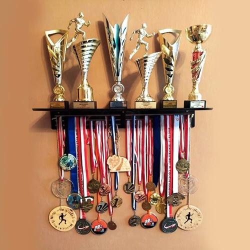 Wieszak z półką na medale